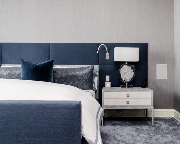 Panele taappicerowane wsypialni - przytulna sypialnia - PBDesign
