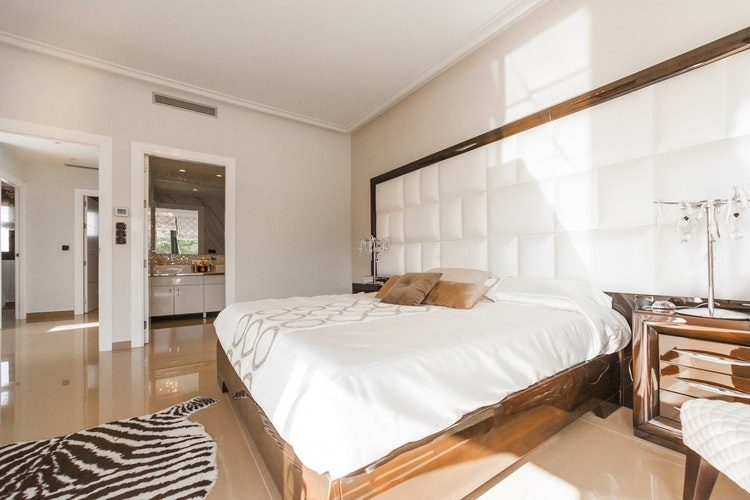 Panele taappicerowane w sypialni - przytulna sypialnia - PBDesign